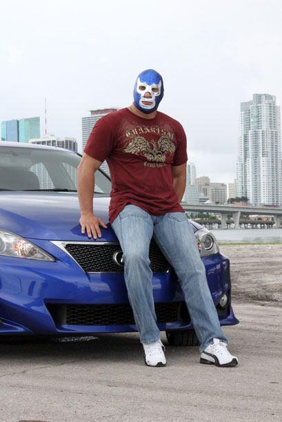 Como no podía ser de otra forma, el auto era azul, del mismo color que s...