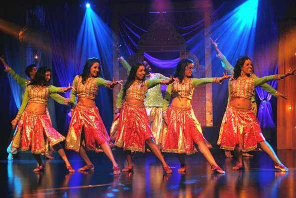 Las bellas bailarinas muestran sus obligos con cadenciosos movimientos.