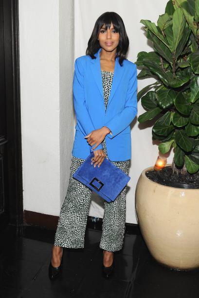 El azul brillante en el saco, combinado con otro tono de azul en la bols...