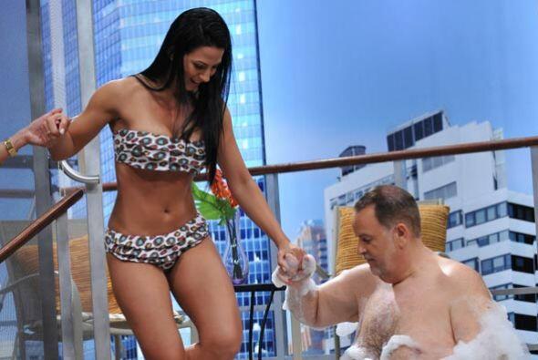 La senadora entró poco a poca al agua, ayudada por Raúl, que es todo un...