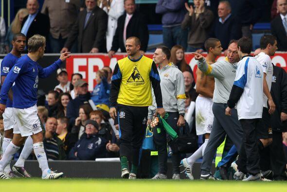 Everton le ganó al Manchester City y Pjillip Neville, de camisa azul, ca...
