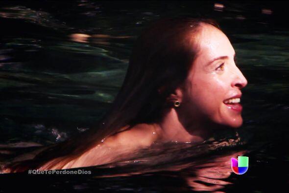 La bella Renata disfrutaba un delicioso baño en el río.
