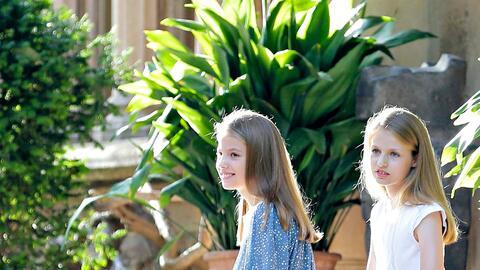 La princesa Leonor y la infanta Sofía en los jardines de Marivent.