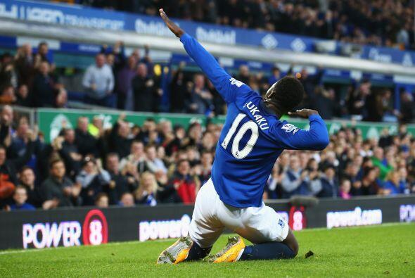 El ariete belga Romelu Lukaku (Everton) y el colombiano James Rodríguez...