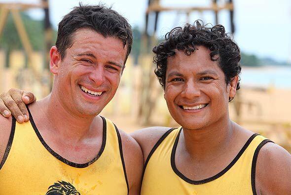 Oscar le dio un fuerte abrazo al costarricense antes de que este se dije...
