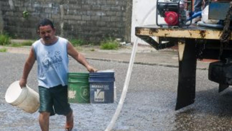 El suministro de agua a la capital y sus suburbios se redujo en un 13%,...