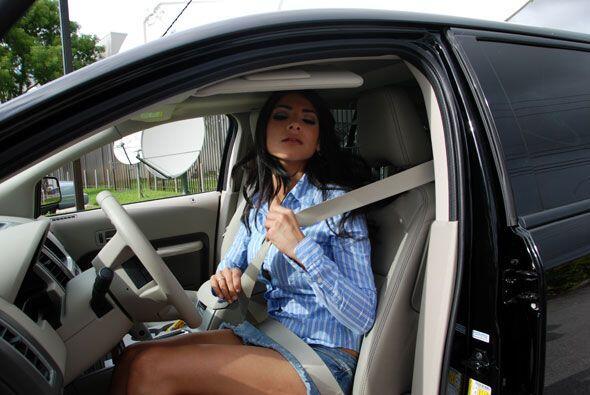 Alejandra siempre recuerda ponerse el cinturón de seguridad.
