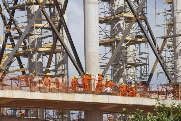 Estas personas también sudan por el fútbol. Son trabajadores que cumplen...