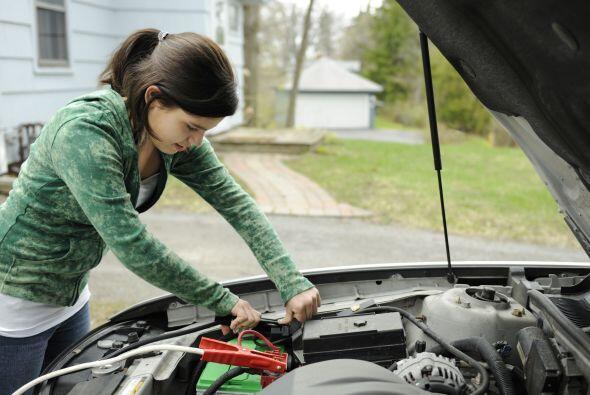 Cables de puente. No es muy difícil que el coche se quede sin batería. A...