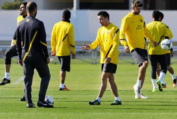 Josep Guardiola, entrenador del club español, hablaba con algunos de los...