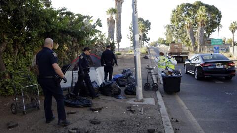 Autoridades desinfectan un campamento de indigentes en San Diego, la pob...