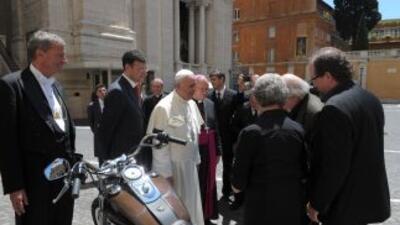 El Papa recibió la moto en ocasión de la celebración en Roma del 110 ani...