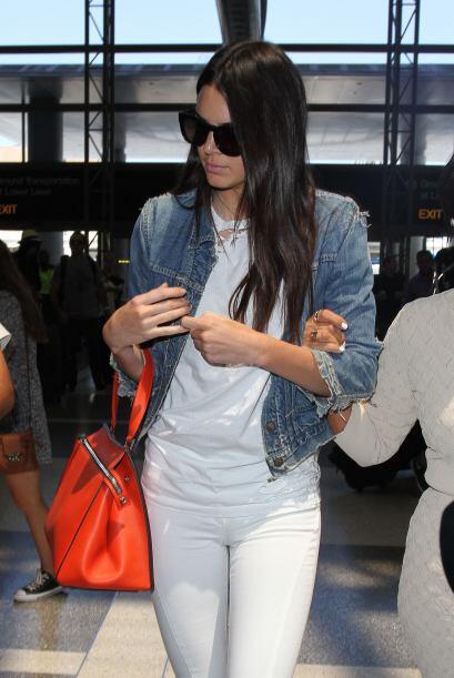 Fresca y sofisticada con 'jeans', playera blanca, chaqueta,  y bolso nar...