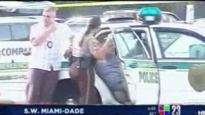 La policía detuvo a dos personas en la escena del tiroteo al frente del...
