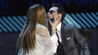 Jennifer Lopez, izquierda, besa a Marc Anthony tras entregarle el premio...