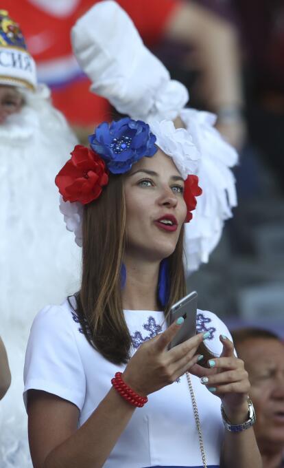 Ellas también gustan de la pasión futbolera. Mira las lindas fans que di...