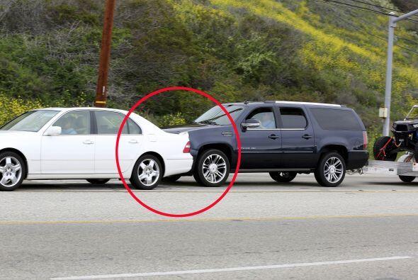 Tras el impacto, el automóvil blanco salió de su carril y fue embestido...