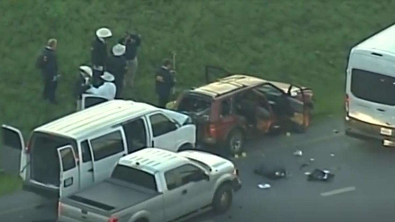 Policías junto al auto del sospechoso luego de que muriera tras una pers...