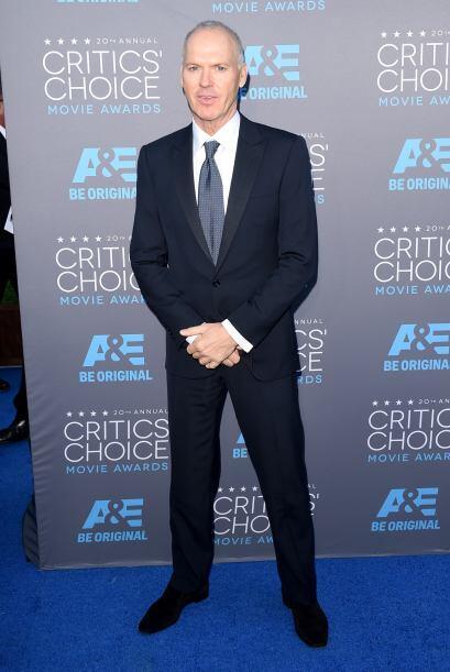 Muy serio apareció el actor Michael Keaton, quien fue lució un estilo ba...