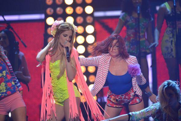 ¡La vimos muy sensual sobre el escenario!