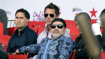 Maradona poio en Italia.