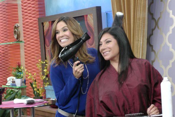 Ahora sí Karla sabe la técnica perfecta para secar su cabellera.
