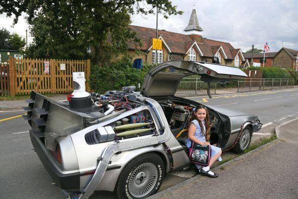 Su padre la lleva todos los días a la escuela en su padrísimo DeLorean.