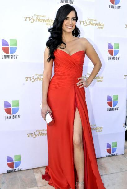 Scarlet Ortiz desfiló espectacular con su vestido rojo con escote en la...