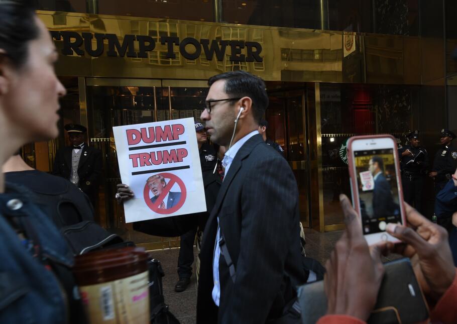 Las manifestantes no impidieron el paso por la acera frente al edificio...