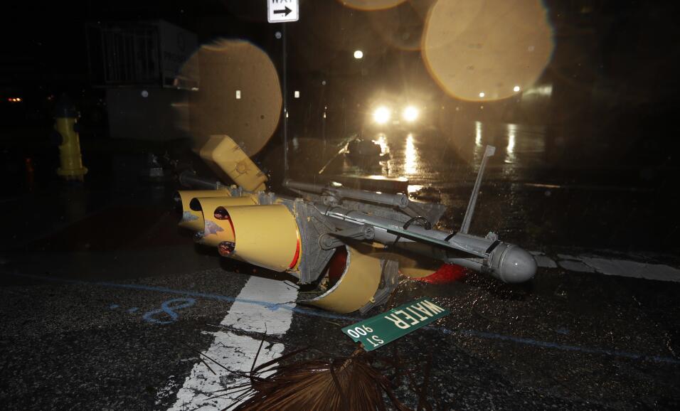 Un semáfoto derribado por los vientos del huracán Harvey e...