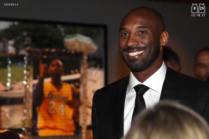 Kobe Bryant disfrutando de la recepción en su nombre.