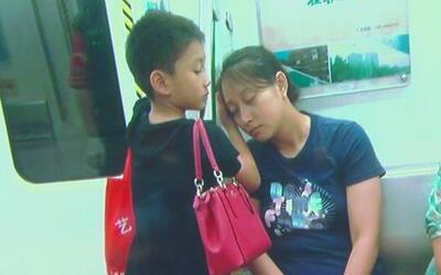 Un niño chino da ejemplo de ternura y compasión cuidando el sueño de su...
