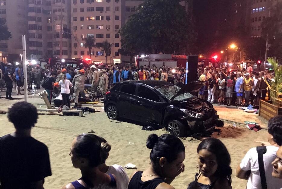 Vehículo arrolla a transeuntes en la playa de Copacabana 2018-01-19t0039...