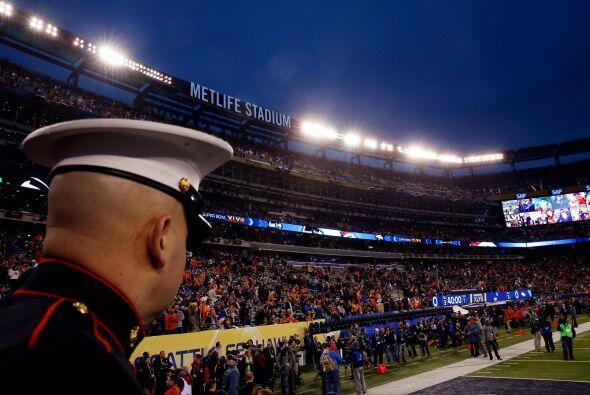 Un integrante la Marina de los Estados Unidos observa el calentamiento d...