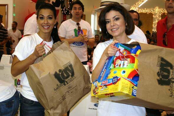 La jueza y Marisa se prepararon para repartir los juguetes en Homestead.