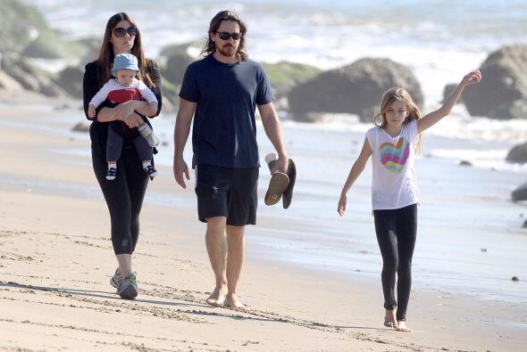 Emmaline estaba feliz caminando en la playa.