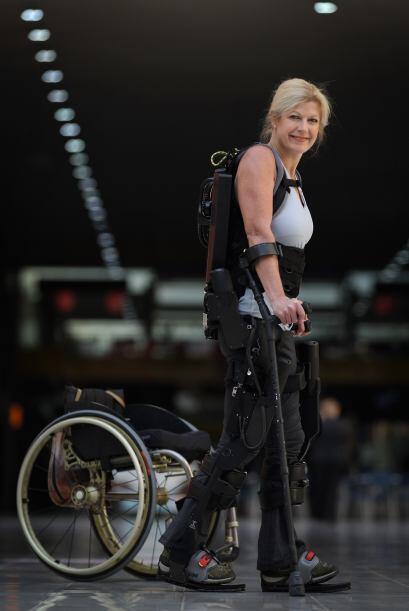Ahora ella puede caminar gracias a un esqueleto robótico, que es resulta...