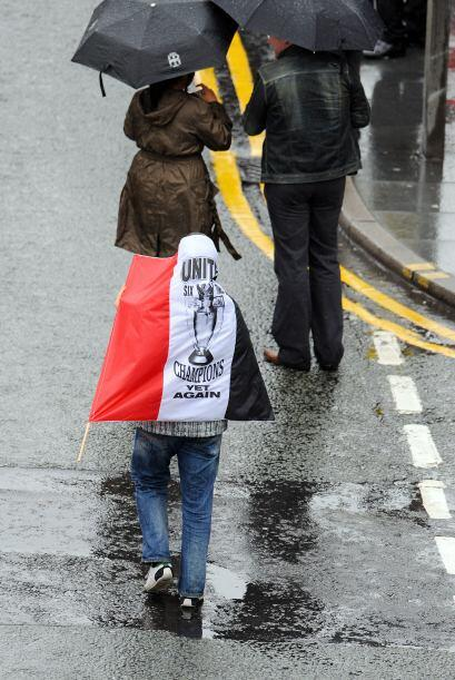 Pese a la lluvia que caía en Manchester, la gente se dio cita desde temp...