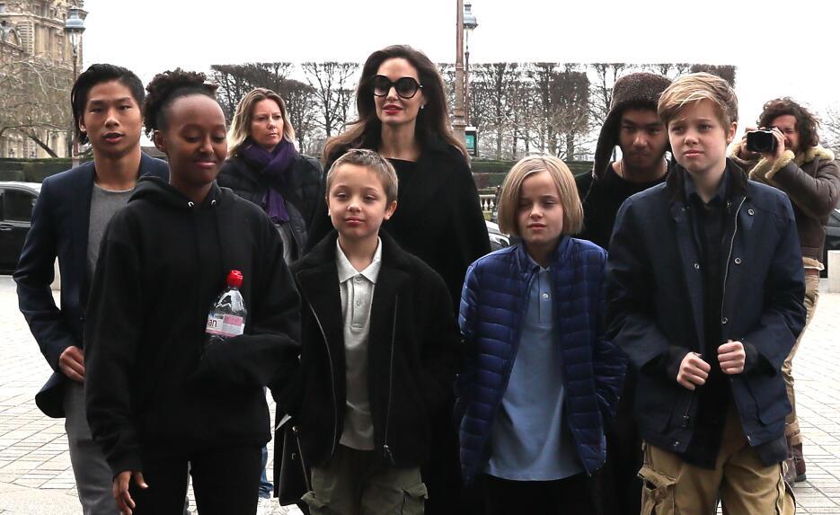 En primer plano, desde la izquierda, Pax, Zahara, Angelina Jolie, Knox,...