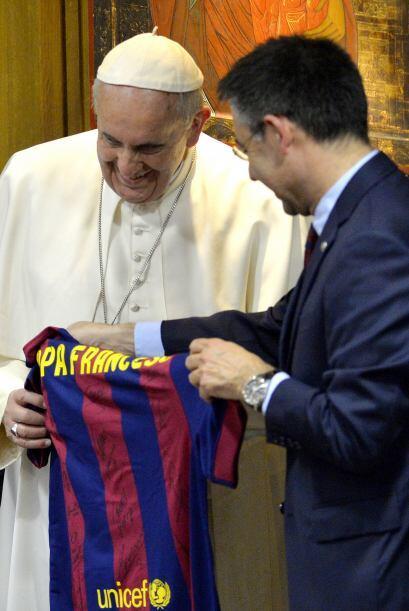 Jorge Mario Bergoglio recibe una camiseta del FC Barcelona de manos del...