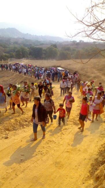 Los caminos de tierra de Tlayolapa a menudo despiden a sus jóvenes que p...