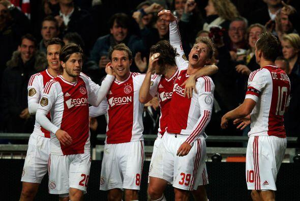 Fischer marcó un gol y dio una asistencia para que el Ajax ganara...