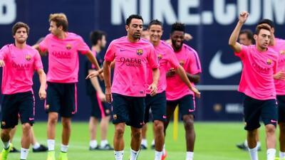 Xavi, al centro, durante una práctica con el Barcelona.