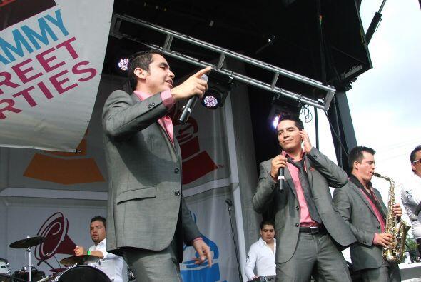 Y sus admiradoras no les permitían bajarse del escenario, así que tocaro...