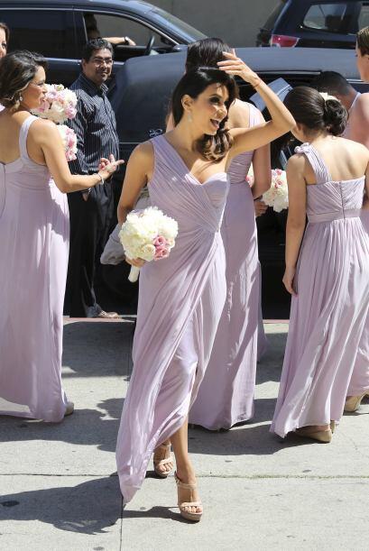 ¿Qué la tendrá tan contenta, además de estar en la boda?Mira aquí los vi...