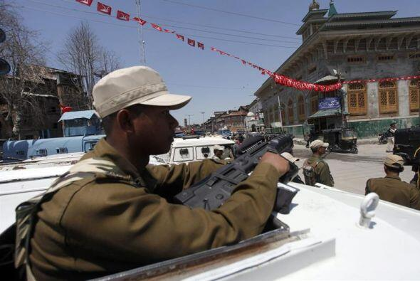 Soldados paramilitares indios patrullan después de una explosión cerca d...
