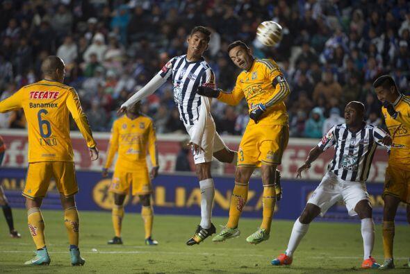 El capitán felino, 'Juninho', intenta rechazar el testarazo de Hugo Isaá...