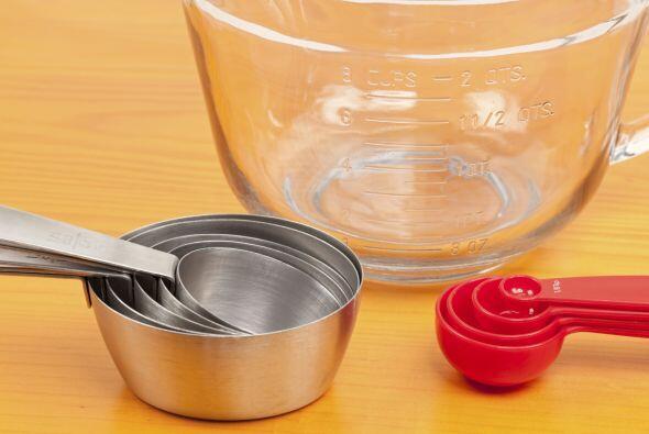 Escoge las herramientas indicadas para medir tanto los ingredientes seco...