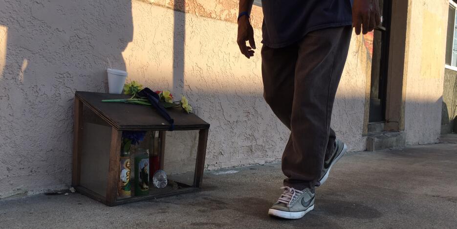 Una caja de madera protege el memorial de Francisco Cuevas, de 16 años y...