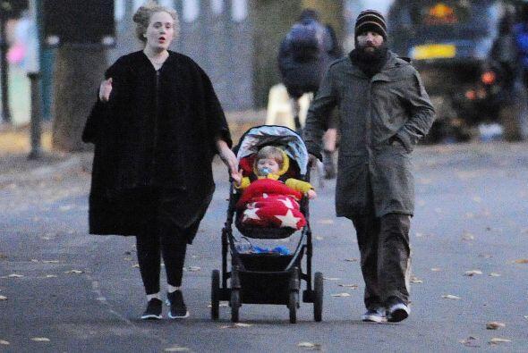 Adele salió muy tapadita - y sin maquillaje - a pasear a su bebé, a quie...